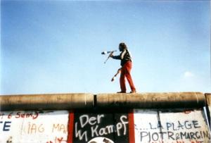 juggling_on_the_berlin_wall_yann-forget_16-nov-19891