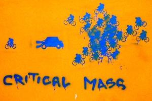 critical-mass-car-bike-muncher-graffiti-flickr-biblioteca-salaborsa